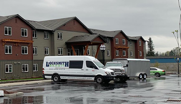 image of the Locksmith Skagit truck in front of an apartment building